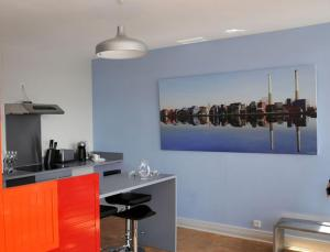 A kitchen or kitchenette at Escale Quai George V