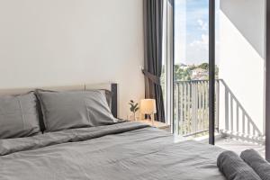 A bed or beds in a room at NIDHRA นิทรา เรสซิเดนซ์