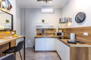 A kitchen or kitchenette at Number 1 Deluxe Apartments