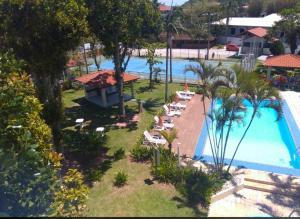 Vista de la piscina de Chalé ponta das Canas o alrededores