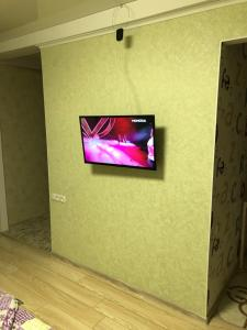 Телевизор и/или развлекательный центр в Люкс апартаменты в центре Запорожье (рядом с отелем Интурист)