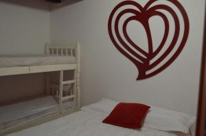 A bunk bed or bunk beds in a room at Flat charmoso na praia