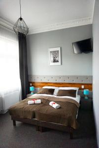 A bed or beds in a room at Expolis Residence - Hotel MTP Targi City Center