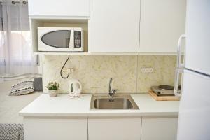 A kitchen or kitchenette at lia 1 room studio