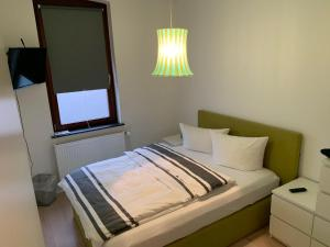 A bed or beds in a room at 5min City Zentral - Wohnen am Werdersee Neustadt