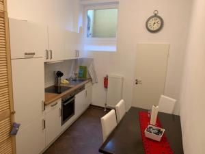 A kitchen or kitchenette at 5min City Zentral - Wohnen am Werdersee Neustadt