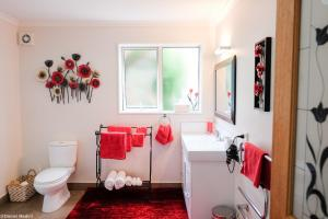 A bathroom at Highview Drive Apartment