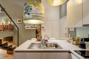 Een keuken of kitchenette bij Janika's Apartment