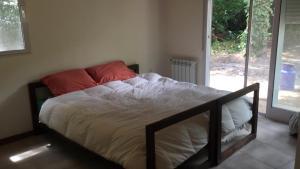 Una cama o camas en una habitación de cabaña lo de cenoz