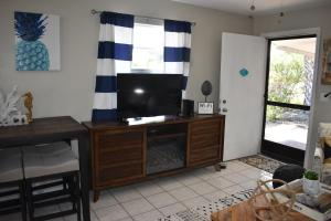 A television and/or entertainment centre at Salty Toes Cottage