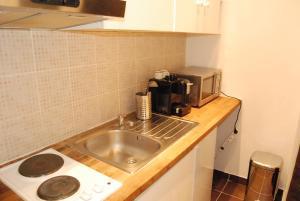 A kitchen or kitchenette at Magnifique studio Montmartre/marché aux puces!