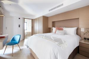 A bed or beds in a room at Sonder — Maddox Suites