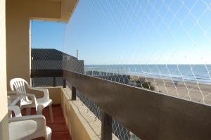 Un balcón o terraza en Regio departamento sobre la playa con vista al mar