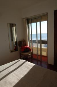 Una cama o camas en una habitación de Regio departamento sobre la playa con vista al mar