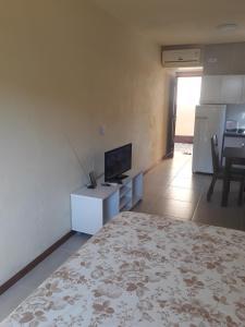 Una televisión o centro de entretenimiento en Beira Mar Jurere kit