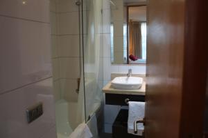 Un baño de Providencia Town Apartament