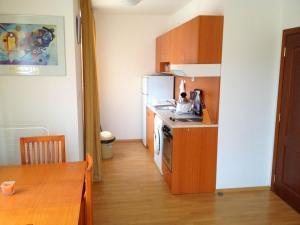 Een keuken of kitchenette bij Apartment in Kassandra Complex
