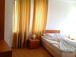 Een bed of bedden in een kamer bij Apartment in Kassandra Complex