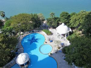 Вид на бассейн в Sky Beach Apartment или окрестностях