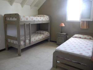 Una cama o camas cuchetas en una habitación  de Picun Cuyen