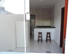 Een keuken of kitchenette bij Acessível, Cabo Frio!