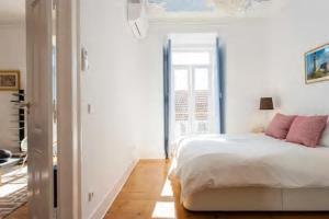 Een bed of bedden in een kamer bij Luxurious Apartment heart of Principe Real