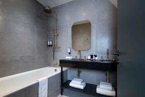 A bathroom at Le Rayz