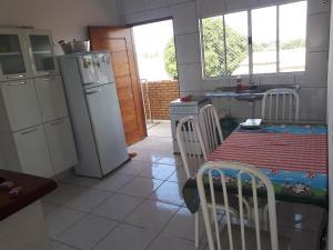 A kitchen or kitchenette at Casa Ipê florido