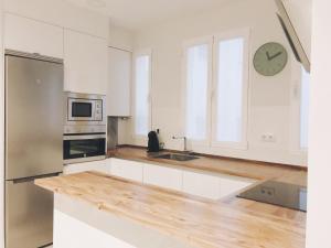 A kitchen or kitchenette at Apartamento recién reformado en avenida Reina Victoria