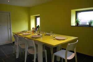 Restaurant ou autre lieu de restauration dans l'établissement Le Gite Bonnerue