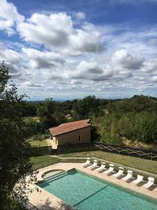 Vista sulla piscina di La Bordona Village&Holidays o su una piscina nei dintorni