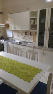 A kitchen or kitchenette at Casa para aluguel de verão