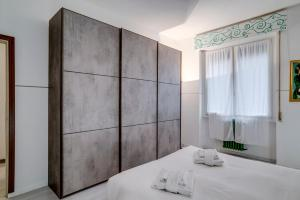 A bed or beds in a room at GuestHero - Apartment - Precotto M1