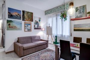 A seating area at GuestHero - Apartment - Precotto M1