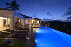 Der Swimmingpool an oder in der Nähe von Villa Mystique