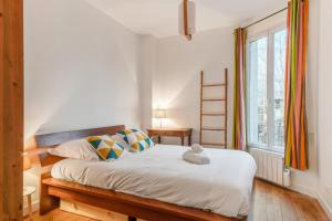 A bed or beds in a room at Welkeys - Rue Garibaldi St Ouen Apartment