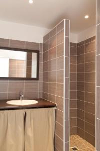 Salle de bains dans l'établissement Le Thyreneen