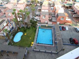 Vista de la piscina de condominio parque las palmas o alrededores