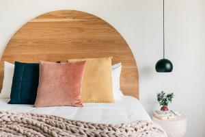 A bed or beds in a room at Laneway Apartments - Orientem