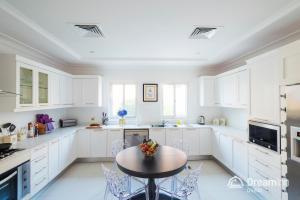 A kitchen or kitchenette at Dream Inn - Executive Palm Beach Villa
