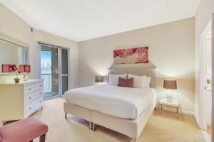 Uma cama ou camas num quarto em Dharma Home Suites JC at Exchange Place