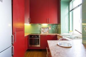Ett kök eller pentry på Downtown River Views Apartment