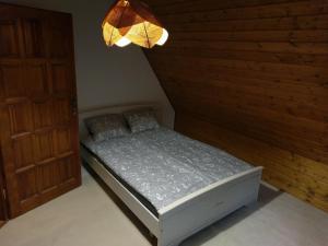 A bed or beds in a room at Całoroczny góralski dom w Parku Krajobrazowym