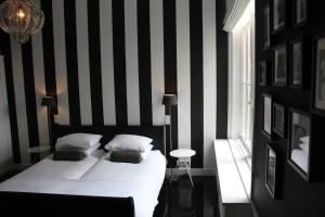 A bed or beds in a room at En Suite Apartment