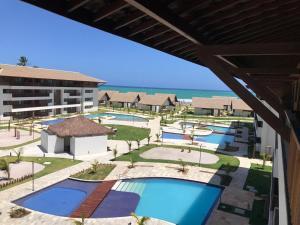 Uma vista da piscina em Flat Cupe Beach Living ou nos arredores