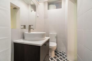 A bathroom at Designer 2bed1bath, mins to famed Ramiro Restaurant