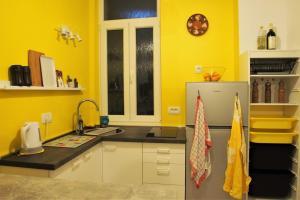 A kitchen or kitchenette at Studio Apartman Baronessa Adriana