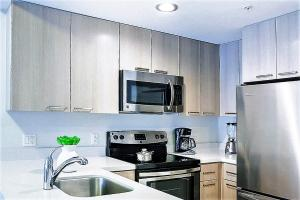 A kitchen or kitchenette at Stay Alfred Brickell