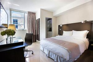 A bed or beds in a room at Stay Alfred Brickell