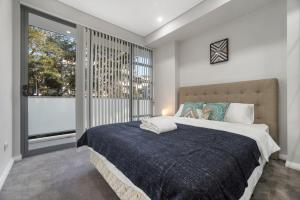 A bed or beds in a room at Lindfield Quiet&Brand New 2 Bedroom Apt